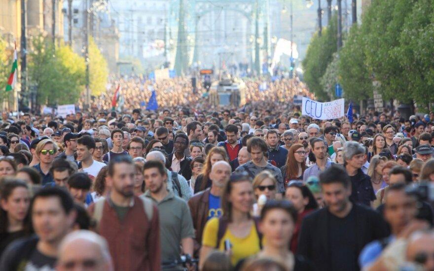 Budapešte demonstrantai reiškė paramą G. Soroso universitetui