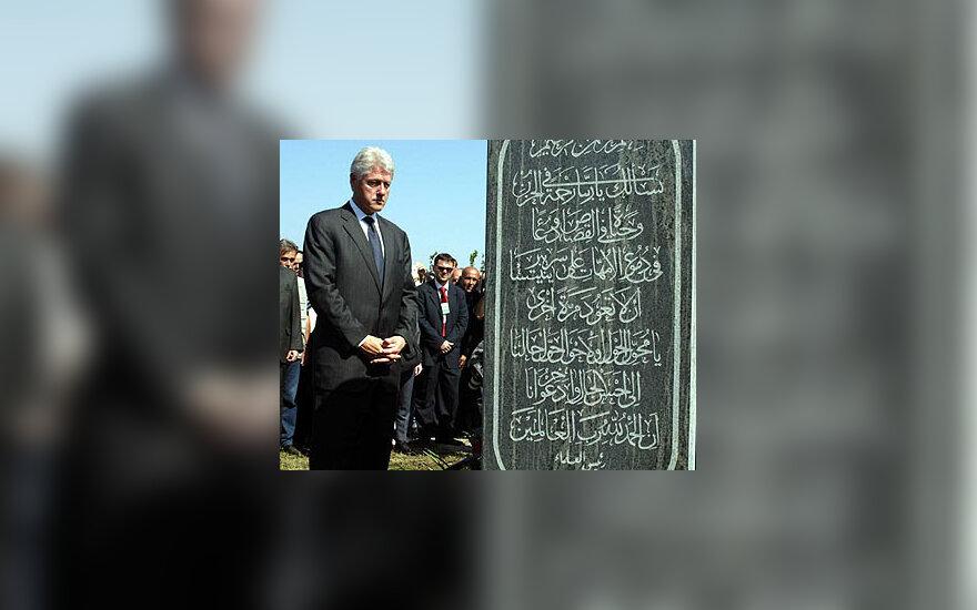 Billas Clintonas atidengė paminklą Srebrenicoje