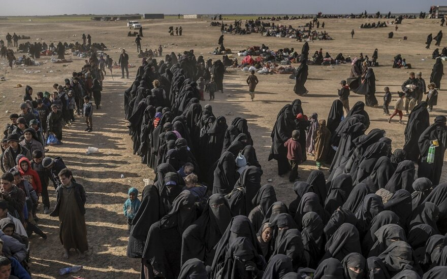 """Mirštantį ISIS """"kalifatą"""" palieka šimtai sukrėstų moterų ir vaikų"""