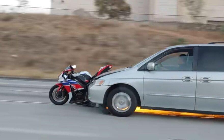 To policija nebuvo mačiusi: iš avarijos pasprukęs vairuotojas numuštą motociklą nusivežė kartu