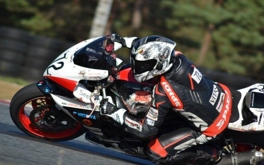 Aistrą greičiui trasoje malšinantis motociklininkas: lakstyti <em>britva</em> gatvėmis – beprotybė