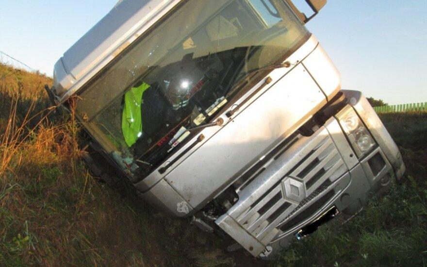 Apvirtęs sunkvežimis sutrikdė eismą ties Vieviu