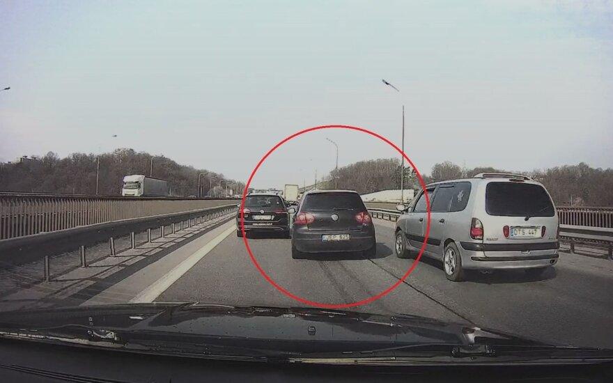 """Įsiutino """"Volkswagen Golf"""" vairuotojo manevrai: liudininkas žada visko ramiai nepalikti"""