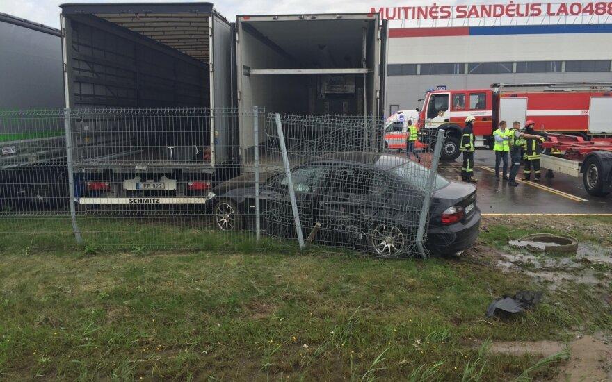 Autobusų stotelių niokojimas nesibaigia: BMW šlavė viską savo kelyje