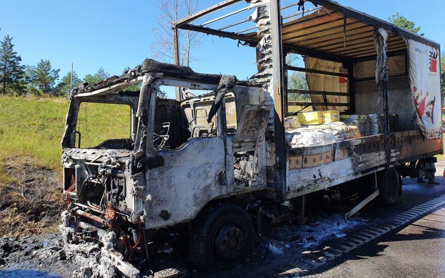 Autostradoje, prie Didžiulio ežero, sprogus padangai sudegė sunkvežimis