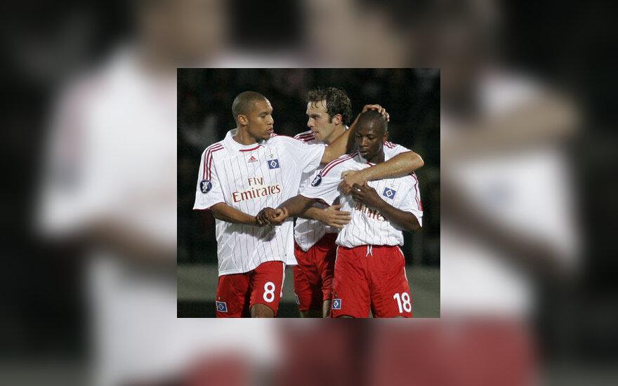 """""""Hamburg SV"""" komandos draugai sveikina Romeo Casteleną (dešinėje)"""