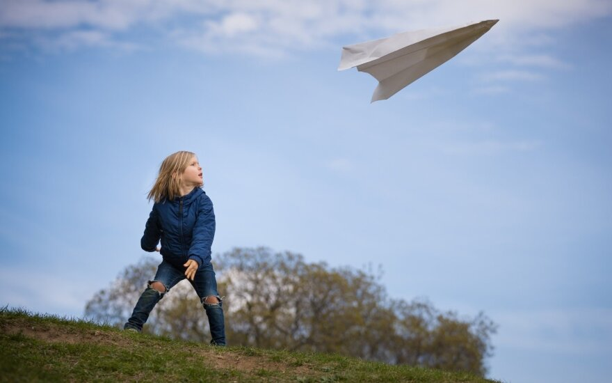 Vaikas leidžia lėktuvėlį