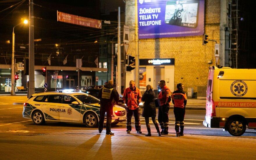 Vilniuje moteris bandė perbėgti tarp vienas kitą tempusių greitosios pagalbos automobilių ir nepamatė troso