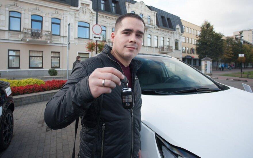 """TOPGEAR apdovanojimų 2016"" naujokui teko plauti du automobilius"