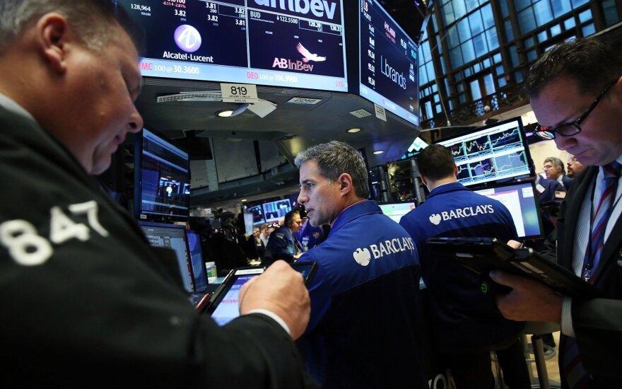 Per pasaulio akcijų rinkas ritasi nerimo banga