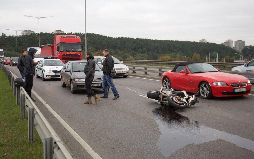 Per patį piką susidūrė du automobiliai ir motociklas, spūstis kone paralyžiavo eismą