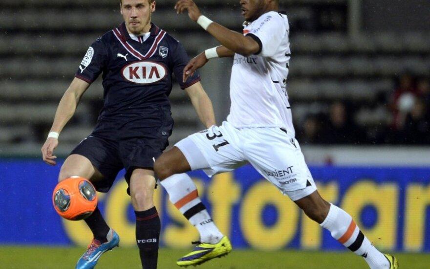 "Gregory Serticas (""Bordeaux"", jairėje) ir Cheickas Doukoure'as (""Lorient"")"