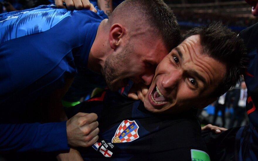 Kroatų prie žemės prispaustas fotografas nepasimetė – įamžino išskirtines akimirkas ir gavo bučinį