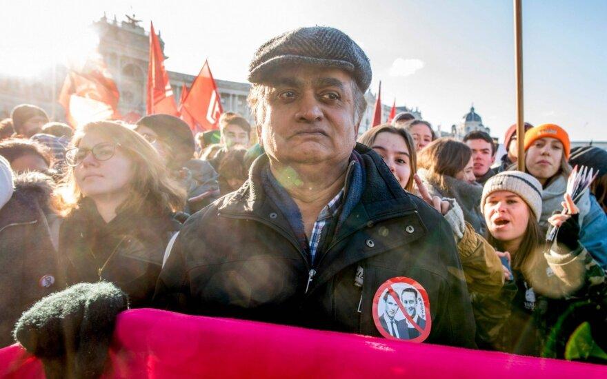 Austrijoje prisaikdinta nauja vyriausybė, Vienoje protestavo keli tūkstančiai žmonių
