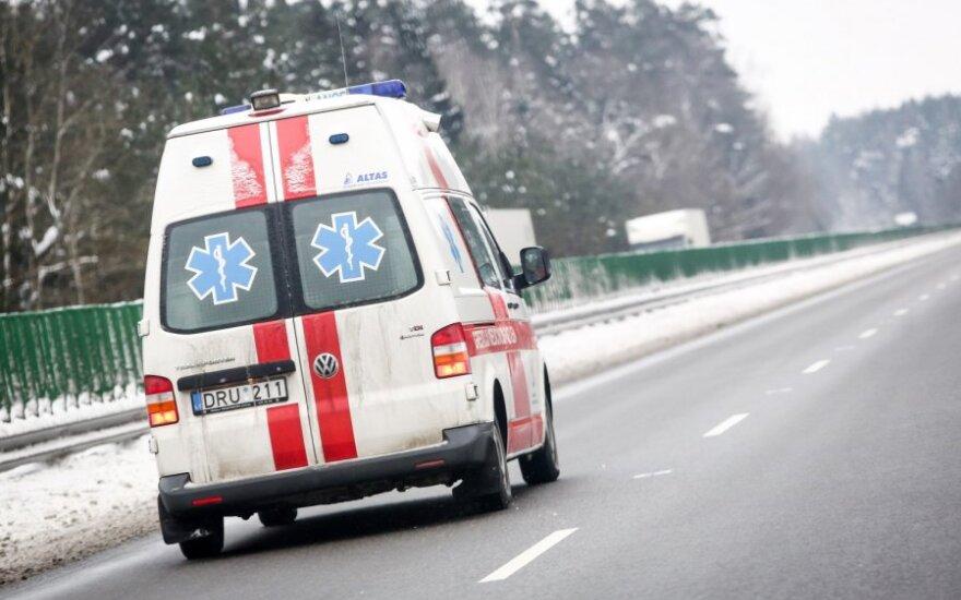 """Nesuvaldytas """"Peugeot 607"""" įlėkė į autobusų stotelę ir sužalojo dvi moteris"""
