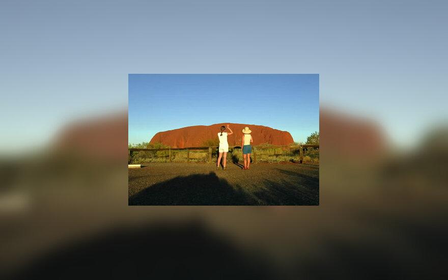 Dvi turistės stebi saulėlydį