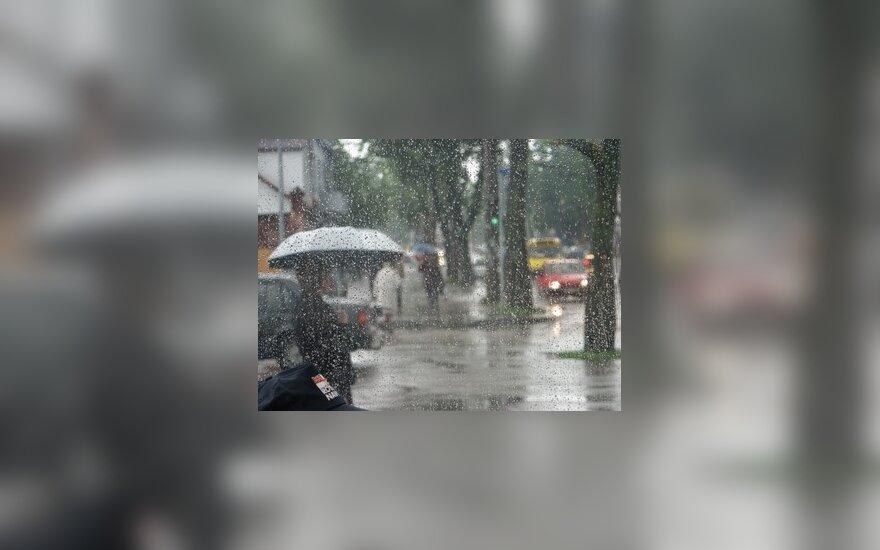 Žmogus su skėčiu, lietus, žmonės