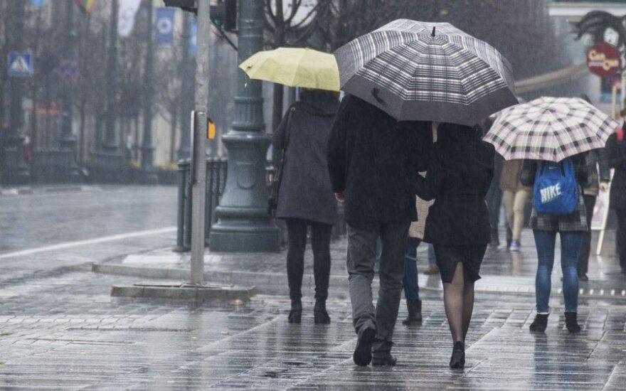Savaitgalio orai: ginkluokitės skėčiais