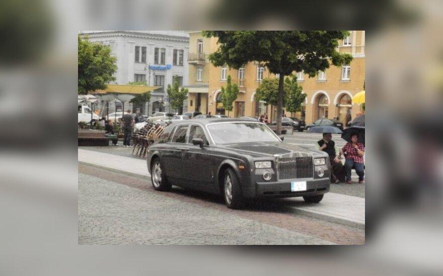 """Ant šaligatvio sostinės Rotušės aikštėje - T.Barščio """"Rolls-Royce"""""""