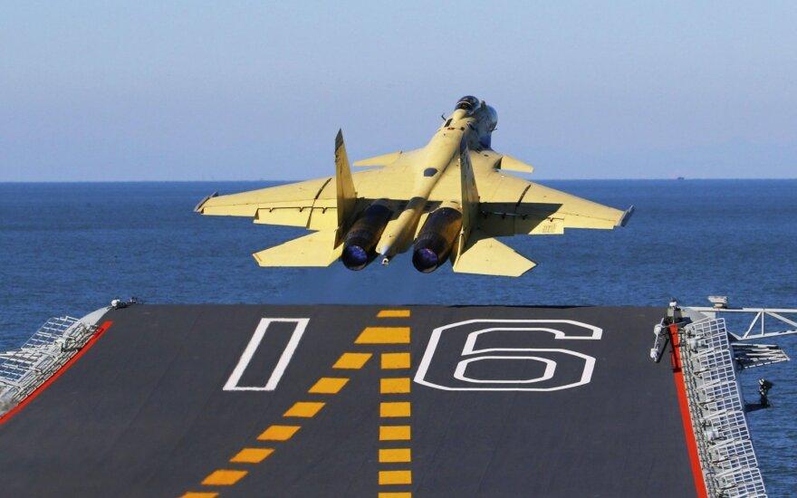 """Kinijos naikintuvas """"J-15"""" nusileido ant lėktuvnešio"""
