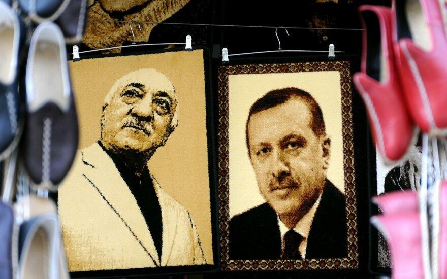 Turkijoje sulaikyti 42 dviejų universitetų darbuotojai dėl įtariamų ryšių su F. Gulenu