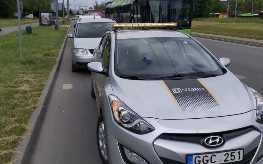 Kaune apsaugininkas sulaikė visiškai girtą taksi vairuotoją