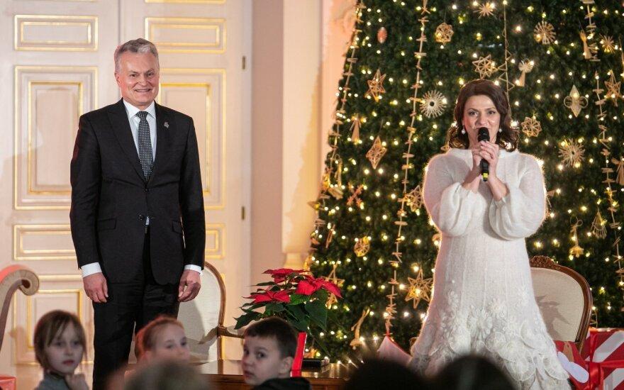 Nausėda ir pirmoji šalies ponia Prezidentūroje įžiebė Kalėdų eglutę: ji papuošta pažadais