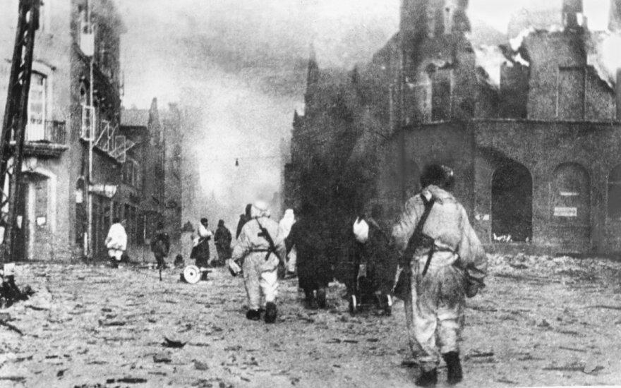 Sovietų kariai Klaipėdos Tiltų gatvėje. Akivaizdu, kad paskui karius sekęs fotografas Chanonas Levinas buvo tikras, kad jam negresia joks pavojus, nes mieste nebebuvo nė vieno vokiečių kario.