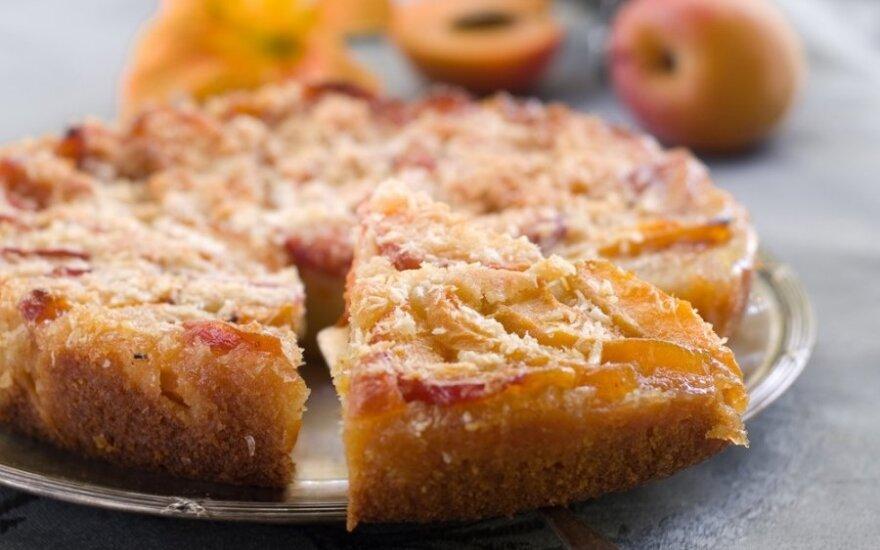 Cinamono pyragas su slyvomis ir kriaušėmis