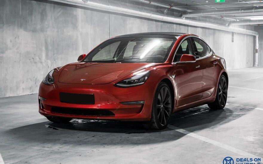 """Patikrino: kiek kilometrų viena įkrova """"Tesla Model 3"""" įveikia -30°C šaltyje?"""
