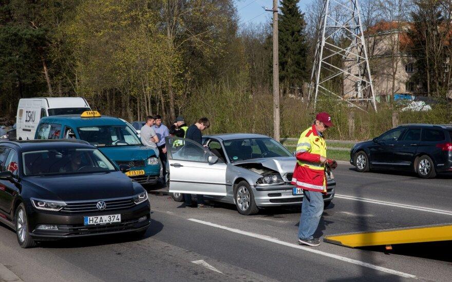 Vilniuje avarijų virtinė: susidūrė 4 automobiliai, o vėliau dar 3