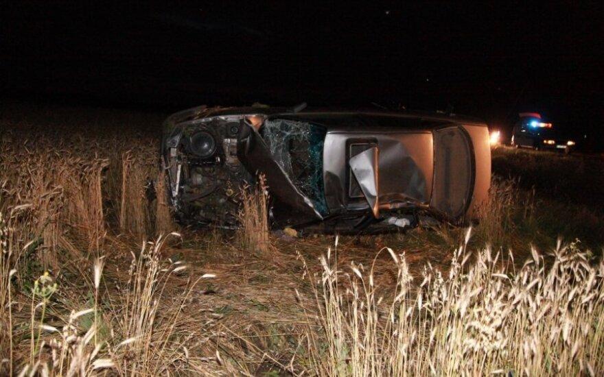 """Šilutės r. neprasilenkė du """"Audi"""": vienas atsidūrė griovyje, vairuotojas įstrigo"""