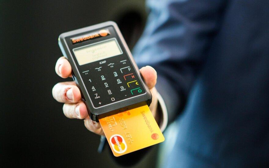 Siūlo suklusti elektroninių parduotuvių savininkams: dauguma lietuvių už siuntas nori mokėti kortele