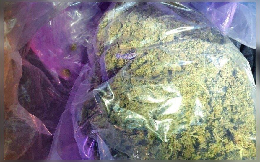 """Į reidą papuolęs klaipėdietis prisidirbo: pareigūnai rado maišą """"žolės"""""""