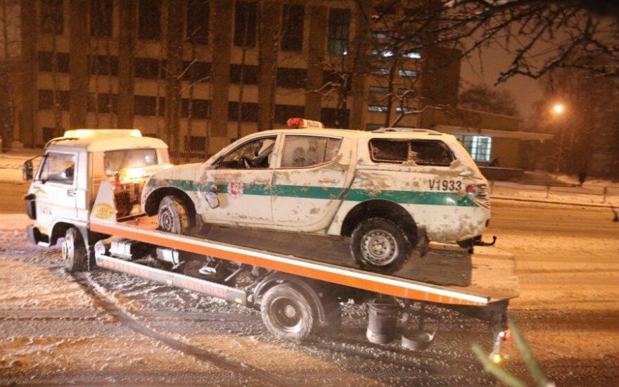 Plikledis Vilniuje: posūkyje apvirto policijos automobilis