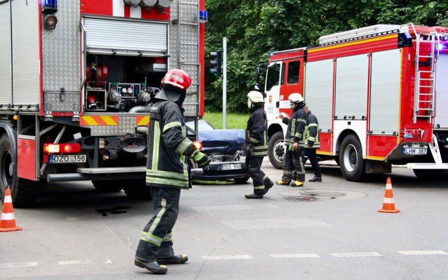 Naujojoje Vilnioje susidūrė du lengvieji automobiliai: nukentėjusiesiems prireikė medikų pagalbos