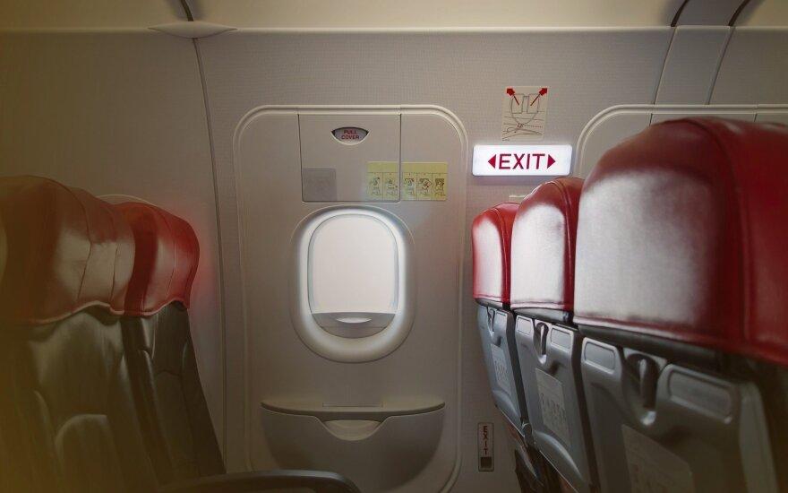 Skrydyje siautėjęs keleivis vos nepravėrė lėktuvo durų – kas nutiktų, jei jam būtų pavykę?