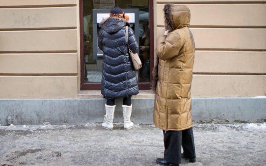 Banko kortelės tebėra daugelio pensininkų baubas