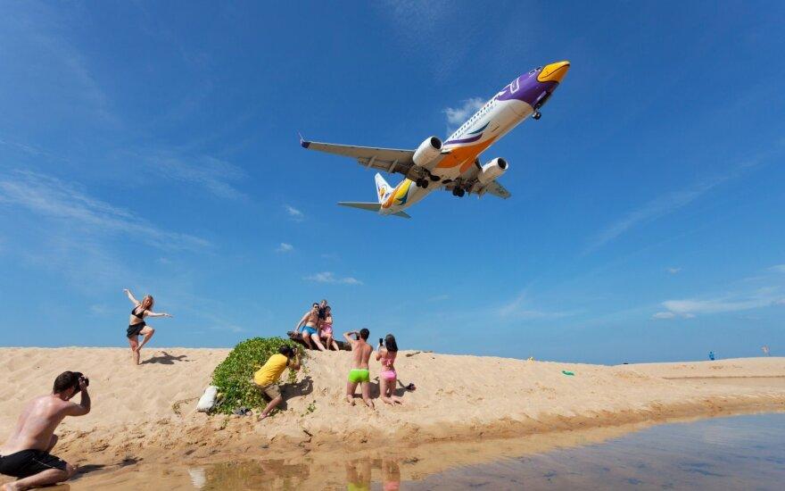 Lėktuvas virš Puketo paplūdimio