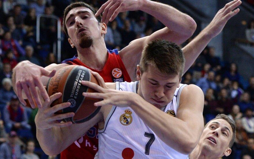Dėl kamuolio kovoja Nando de Colo ir Luka Dončičius