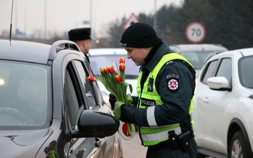 Policijos pareigūnai vairuotojoms išdalijo šimtus gėlių