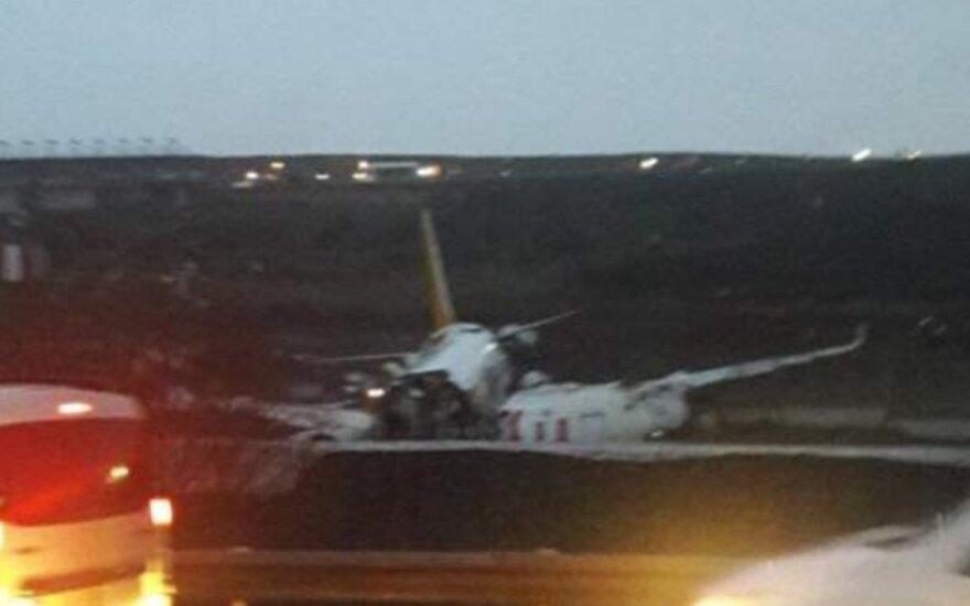 Stambule besileidžiant sulūžo lėktuvas