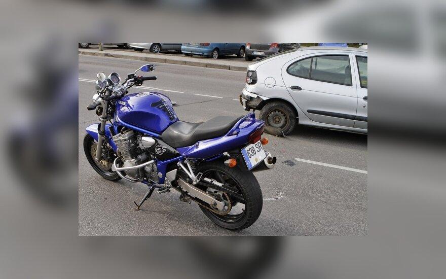 Vilniuje motociklas rėžėsi į stovintį automobilį
