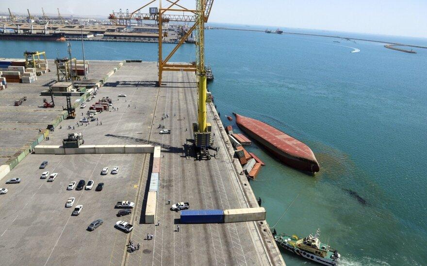 Irano uoste apvirto kraunamas konteinerinis laivas