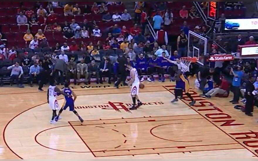 NBA lygoje – varžovo akibrokštas D. Motiejūnui: metė kamuolį lietuviui į užpakalį