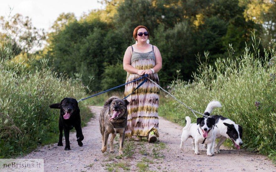 Keturių šunelių globėja drąsina: šuniui reikia žmogaus ir tiek vietos, kiek užima atsigulęs