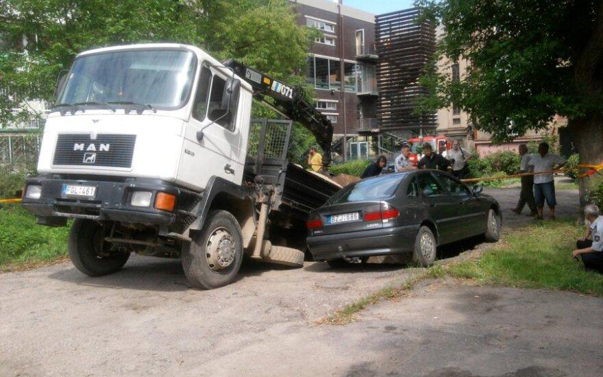 Kaune automobiliai prasmego į duobę