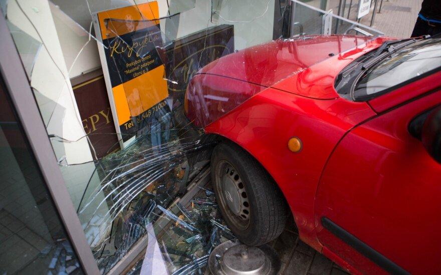 Nelaimė Vilniuje: vyras įvažiavo į parduotuvės vitriną