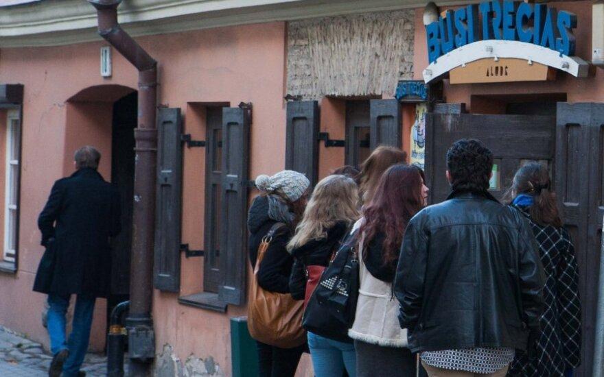 """Vilniaus savivaldybė dėl """"falsifikuoto alkoholio"""" uždaro populiarų barą """"Būsi trečias"""""""