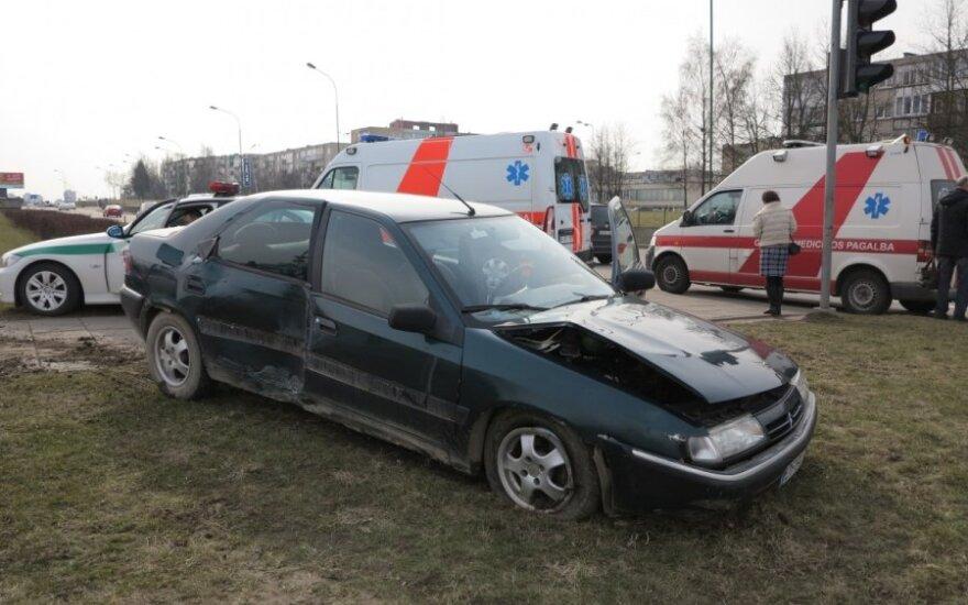Sunegalavęs vairuotojas apdaužė automobilius, sulaužė šviesoforą ir partrenkė užsienietį